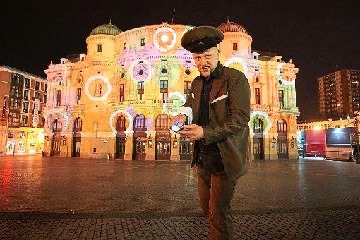 Jürgen Scheible vor einem seiner Kunstobjekte, dem Teatro Arriaga in Bilbao.   Foto: Mobyspray