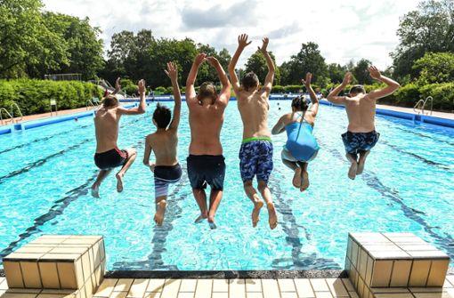 Damit der Freibadbesuch ein ungetrübtes Vergnügen bleibt, sollen Vermittler Ärger schlichten. Foto: dpa