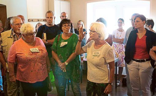 Nach dem Gottesdienst entbrennt eine Diskussion. Unter den Gottesdienstbesuchern sind auch Bürgermeisterin Annick Grassi (rechts) und Organistin Margrit Bauer (Zweite von rechts).   Foto: Lück Foto: Schwarzwälder Bote