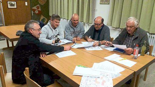 Alwin Staiger (stellvertretender Vorsitzender, von links), Markus Holzer (Vorsitzender), Wolfgang Gerst, Herbert Hils und Manfred Schuffenhauer schmieden Pläne.  Foto: Vereinsring Foto: Schwarzwälder Bote