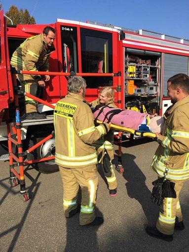 Ihre Kenntnisse in Erster Hilfe haben die Feuerwehrleute aufgefrischt.   Foto: Schwarz Foto: Schwarzwälder Bote