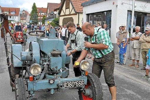 Alte Bulldogs zogen beim Dorffest in Wurmlingen die Blicke auf sich. Konrad Stöhr moderierte die Parade kenntnisreich.  Foto: Baum Foto: Schwarzwälder-Bote