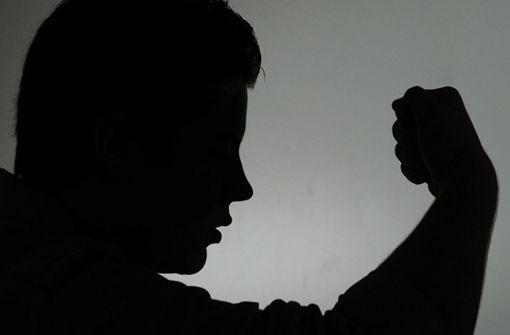 Zwei Männer haben einen 64-Jährigen angegriffen. (Symbolfoto) Foto: dpa