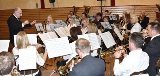 Der Musikverein  Neufra mit Dirigent Jürgen Hirn (links). Sängerin Steffi Flaig beeindruckt gesanglich. Foto: Schwarzwälder Bote