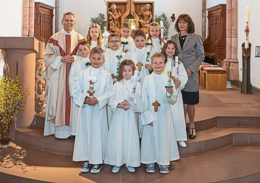 Pfarrer Eberhard Eisele und Religionslehrerin Sibylle Munz feierten den Gottesdienst mit den Kindern.  Foto: Flaig Foto: Schwarzwälder Bote