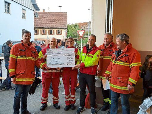 Nachbarschaftshilfe der besonderen Art in Neubulach-Martinsmoos: Die Freiwillige Feuerwehr spendete den Erlös des Kaltwassergrillens an die Johanniter Unfallhilfe.  Foto: Feuerwehr Foto: Schwarzwälder Bote