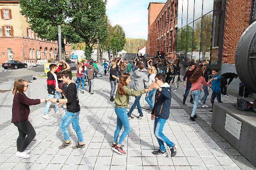 Die Tanzschüler üben vor dem Backsteingebäude Discofox.  Foto: Steinmetz Foto: Schwarzwälder-Bote
