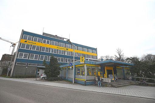 Das Postgebäude an der Bahnhofstraße in Villingen könnte aufgestockt werden.   Foto: Eich Foto: Schwarzwälder Bote