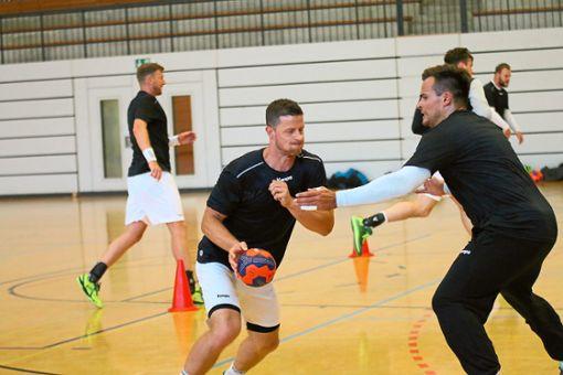 Für Martin Strobel (am Ball) und Benjamin Meschke steht am Samstag das erste Testspiel auf dem Programm. Foto: Kara