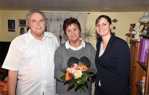 Goldene Hochzeit feiern Rudolf und Brigitte Klink in Salzstetten. Bürgermeisterin Annick Grassi (rechts) gratuliert.  Foto: Maier Foto: Schwarzwälder Bote
