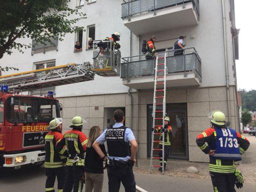 Die Feuerwehr stieg über die Drehleiter auf den Balkon. Foto: (nil)