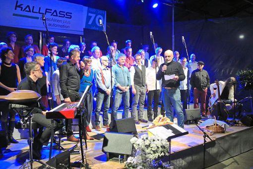 Der Chor  Semiseria unter der Leitung von Frank Schlichter mit  Firmenchef Ernst Kallfass.   Fotos: Braun Foto: Schwarzwälder Bote