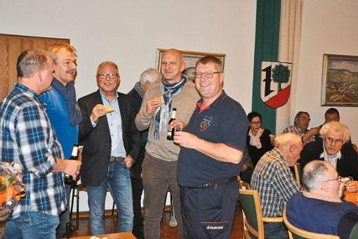 Nach Resümee und Ausblick gehen die Aistaiger Politiker und Vereinsvertreter zum gemütlichen Teil über.  Foto: Wagner Foto: Schwarzwälder Bote
