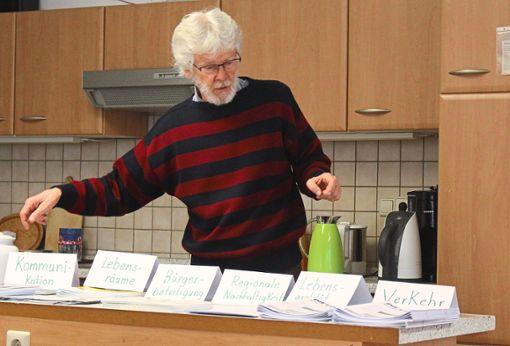 Emanuel Peter präsentierte die zentralen Themen der Zukunftswerkstatt für Rottenburg: Kommunikation, Lebensräume, Bürgerbeteiligung, regionale Nachhaltigkeit, Lebensqualität und Verkehr  Foto: Rath Foto: Schwarzwälder Bote