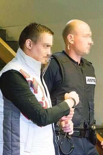 Christian L. und Michaela Berrin T.  werden in den Saal des Landgerichts Freiburg geführt.  Foto: Ralf Deckert