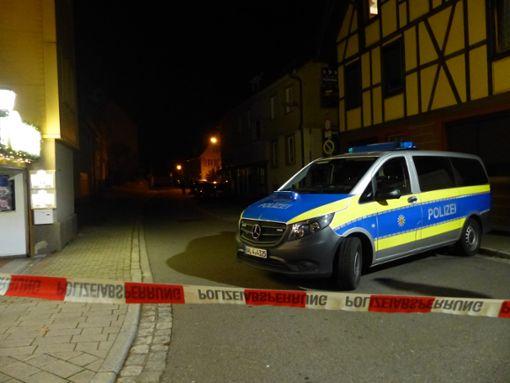Die Polizei befindet sich am Freitagabend bei einem Einsatz in der Weidenbächlestraße. Die Straße ist von der Kreuzung Bahnhofstraße bis hin zur Hebelstraße abgesperrt. Foto: Klossek