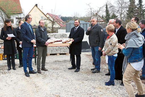 Schönbronns Ortsvorsteher David Mogler (Fünfter von links) nahm als Symbol der Backhausübergabe einen gebackenen Schlüssel entgegen. Foto: Stadler