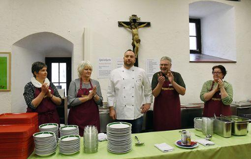 Freue über einen gelungenen Auftakt: Koch Heiko Schwabe (Mitte) mit seinem Helfer-Team zum Auftakt der Horber Vesperkirche. Foto: Hopp