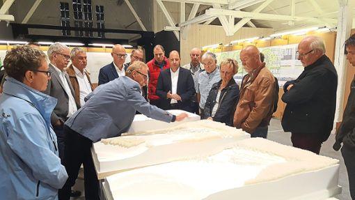 Fachbereichsleiter Lothar Huber erläutert am Modell in der Stallhalle die Details. Foto: Otto