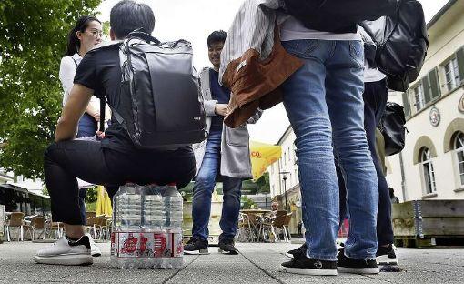 Bequem sieht das nicht aus: Ein Student des Hesse-Kollegs nutzt Wasserflaschen als Sitzgelegenheit. Foto: Hopp