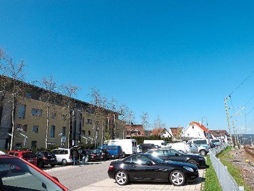 Am Freitagmorgen standen Polizei und Feuerwehr vor der Moosstraße in Freudenstadt, wo der Mann wohnt, der den Anschlag auf den BVB-Bus verübt haben soll. Foto: Müller