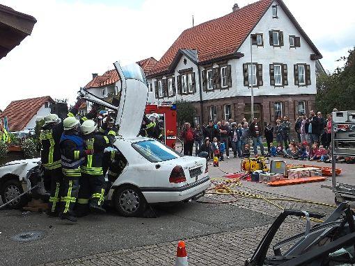 Beeindruckt waren die Zuschauer von der Schauübung der Feuerwehr in Holzbronn.  Foto: Stocker Foto: Schwarzwälder-Bote