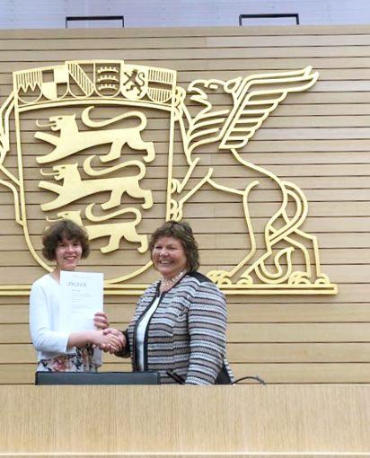 Martina Braun gratuliert Katharina zu ihrer tollen Leistung.  Foto: Hattler Foto: Schwarzwälder Bote
