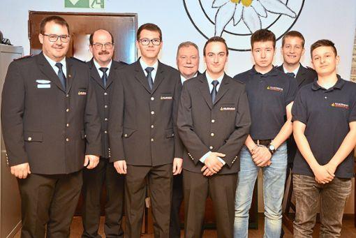 Stadtbrandmeister Manuel Suhr, sein Stellvertreter Bernd Schmid (von links) sowie Dietmar Arnold und Daniel Danner (hinten) begrüßen die Neuzugänge  Fotos: Wagner Foto: Schwarzwälder Bote