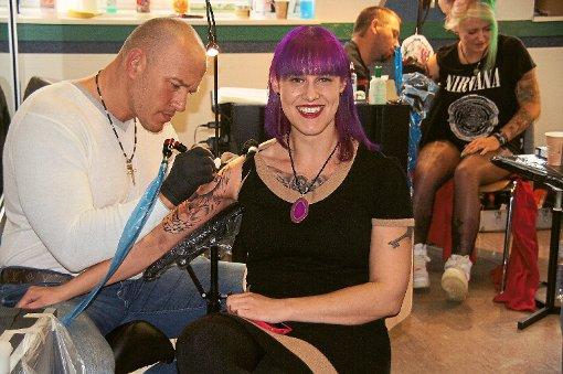 Auf der ersten Burladinger Tattoo Convention surrten am Wochenende die Nadeln.  Viele Tätowierer waren von weit her angereist.  Foto: Rapthel-Kieser