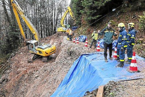Mit dem Langlöffelbagger sollen bis heute 400 Kubikmeter rutschgefährdetes Erdreich am Schlossberg abgebaggert sein. Um das Wasser aus dem Hang abzuleiten, wurde mit einem zweiten Bagger eine Drainage gegraben. Foto: Ziechaus