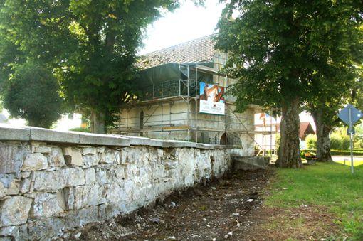 Nicht nur das Dach der Marienkapelle in Ringingen soll saniert werden, sondern auch der Vorplatz und der Bereich entlang der Mauer sollen  in den nächsten Wochen aufgehübscht werden.    Foto: Rapthel-Kieser