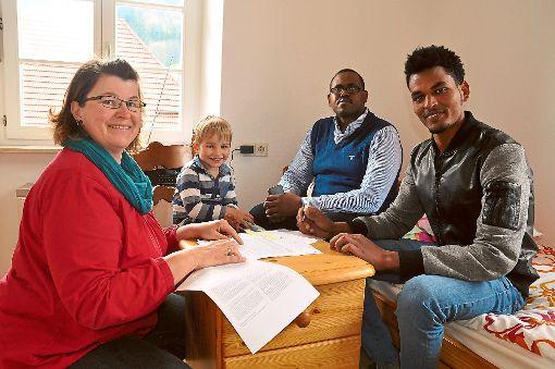 Der Mietvertrag ist unter Dach und Fach: (von links) Helferin Christine Sum, deren Sohn Toni, Adbi Zeitun und Zeray Yedehgo bei der Unterzeichnung    Foto: Jähne