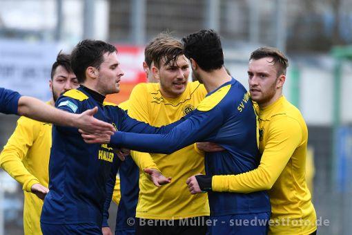 Alle haben sich lieb – zumindest wieder nach dem Spiel, wenn die Aufreger verflüchtet sind. Foto: Bernd Müller