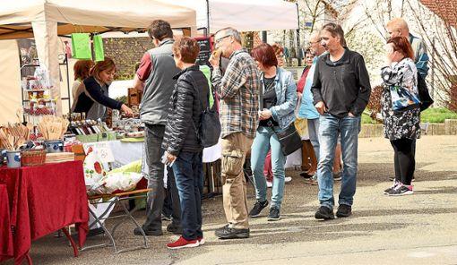 Der Kunsthandwerkermarkt beim Frühlingsfest in Zimmern ist sehr gut besucht.   Foto: Siegmeier
