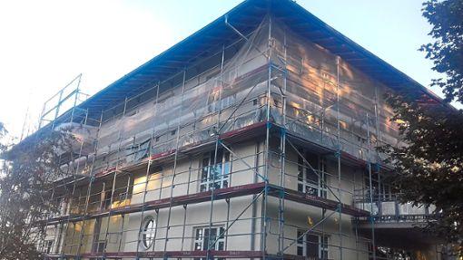 Die Bauarbeiten zur Aufstockung des Bettenhauses der Kinderklinik Schömberg sind noch im Gange.    Foto: Krokauer