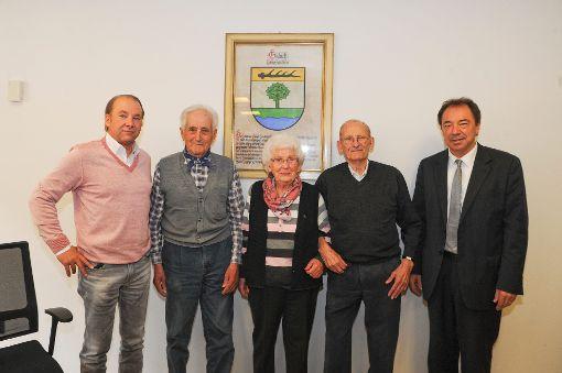 Bürgermeister Siegfried Eckert (rechts) ehrte Willi und Anita Kaltenbach für ihre Treue zu Gutach als Urlaubsort. Sie sind seit 1976 bei Hermann Wöhrle (Zweiter von links) untergebracht. Reiner Kaltenbach fuhr seine Eltern diesmal in den Schwarzwald.   Foto: Gräff