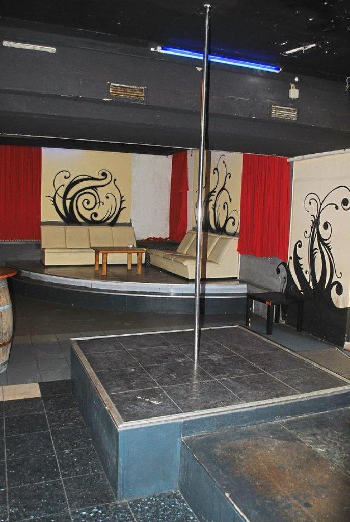 einst tanzten hier die m dchen an der stange machten es sich g ste auf sofas und barhockern bei. Black Bedroom Furniture Sets. Home Design Ideas