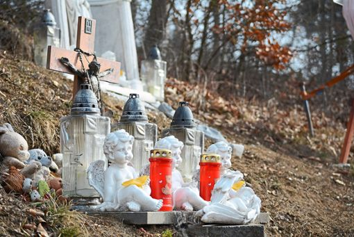 Am Unfallort brennen Kerzen zur Erinnerung. Den Helfern bot sich ein Bild des Grauens. Foto: Buckenmaier