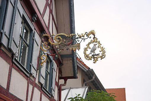 Das Gasthausschild in der Altheimer Straße steht für Tradition und gepflegte Gastronomie. Doch zum Jahresende hören Gerhard Bareis und seine Frau auf. Foto: Lück
