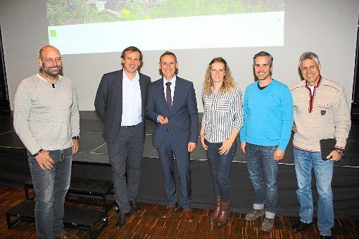 Jörg Sigmund (Zweiter von links) stellte die Bewerbung zur Gartenschau 2029 in Altensteig bei der Einwohnerversammlung im Bürgersaal vor. An der Umsetzung der Maßnahmen sind führende Köpfe der Stadtverwaltung beteiligt.    Foto: Köncke