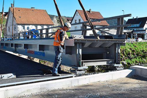 Mit einem Schwerlastkran wurden am Donnerstag die  Teile der Umleitungsbrücke über die Murg eingehoben. Foto: Michel