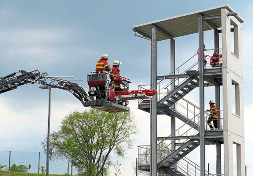 16 Angehörige der Feuerwehr Wildberg trainieren seit Oktober den Umgang mit dem Drehleiterfahrzeug.  Foto: Stadler Foto: Schwarzwälder Bote