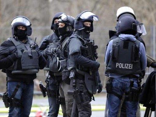 Waffen- und Sprengstoffspezialisten beim Spezialkommando arbeiten mit der Polizei vor Ort zusammen. (Symbolfoto) Foto: dpa
