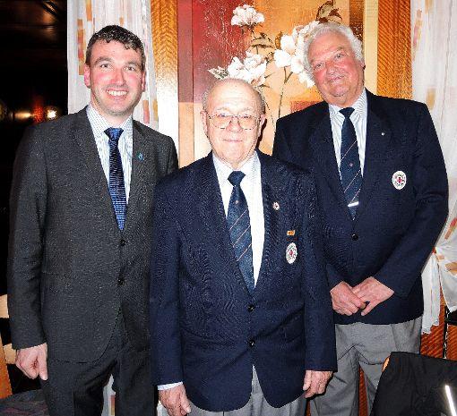 Thomas Geppert (links) ist neuer Vorsitzender des Ortsvereins Wolfach des DRK. Sein Vorgänger Dieter Löwenberg (rechts) wurde feierlich verabschiedet. Alfred Schwarz ist zum Ehrenmitglied ernannt worden.  Foto: Jehle