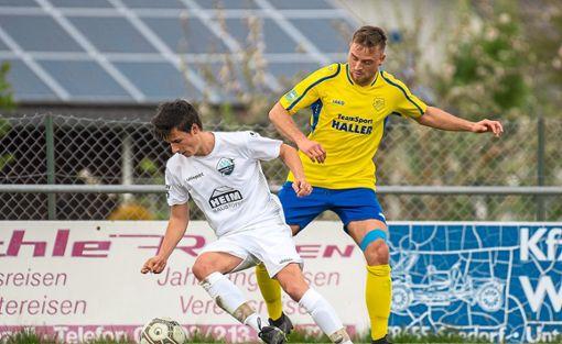 Nicht viel hatte gefehlt und der SV Villingendorf (Florian Ehnis, rechts) hätte Tabellenführer SV Seedorf (Mario Grimmeisen) zum Stolpern gebracht. Foto: Müller
