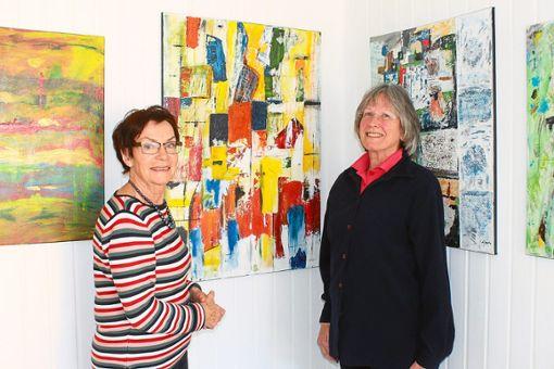 Staffelübergabe: In der Kleinen Galerie Nr. 7 wird Ingrid Lippler (links) ihre Werke bis zum 5. April ausstellen.  Foto: Störr Foto: Schwarzwälder Bote