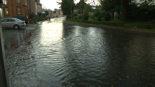 Ein heftiges Gewitter hat am Dienstagabend über dem Bodensee bei Lindau gewütet. Dabei wurde eine Oberleitung beschädigt. Der Bahnverkehr ist deshalb noch bis zum Mittag eingeschränkt. Foto: Nonstopnews