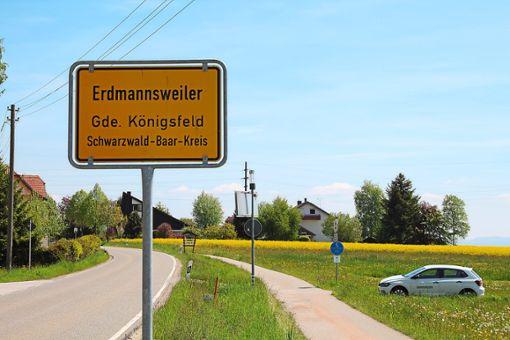 Insgesamt vier neue Ortsbegrüßungsschilder sollen die Besucher Erdmannsweiler in Zukunft begrüßen.  Foto: Hilbertz Foto: Schwarzwälder Bote