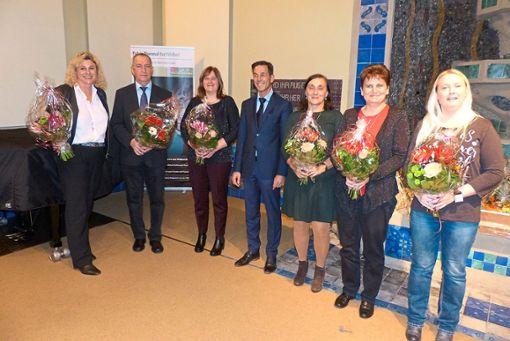 Frank Rieg (Mitte) ehrte eine Reihe von Mitarbeitern für langjährige Zugehörigkeit.  Foto: Bechtle Foto: Schwarzwälder Bote