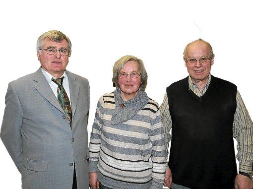 Oberschützenmeister Hermann Bechtold (links) konnte mit Lore Hauck und Joachim Neumann zwei langjährige Mitglieder des Rohrdorfer Schützenvereins auszeichnen.  Foto: Priestersbach Foto: Schwarzwälder-Bote